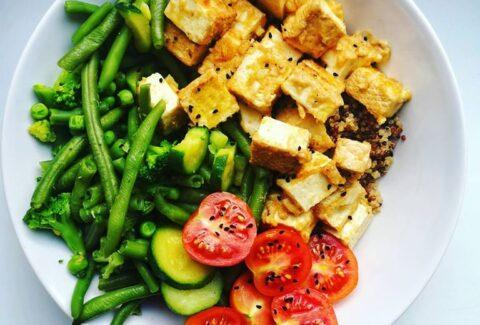 Tofu w sosie orzechowym z komosą ryżową i zielonymi warzywami, www.dietazglowa.pl, Monika Prusaczyk