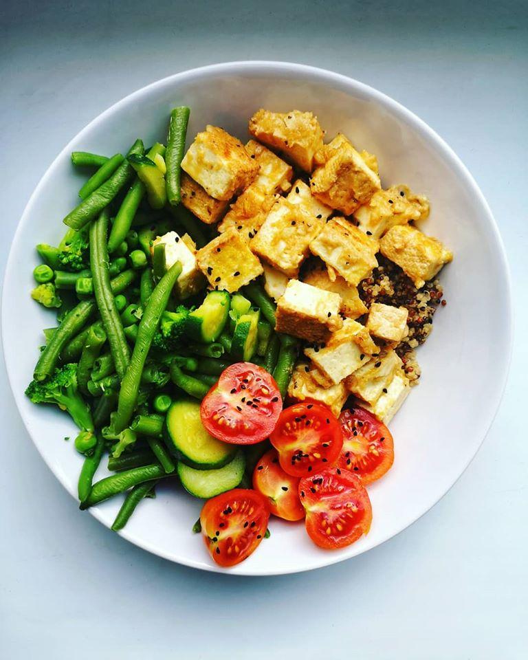 Tofu w sosie orzechowym z komosą ryżową i zielonymi warzywami
