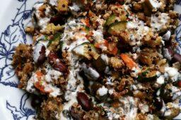 Kolorowa komosa z fasolą i sosem tahini