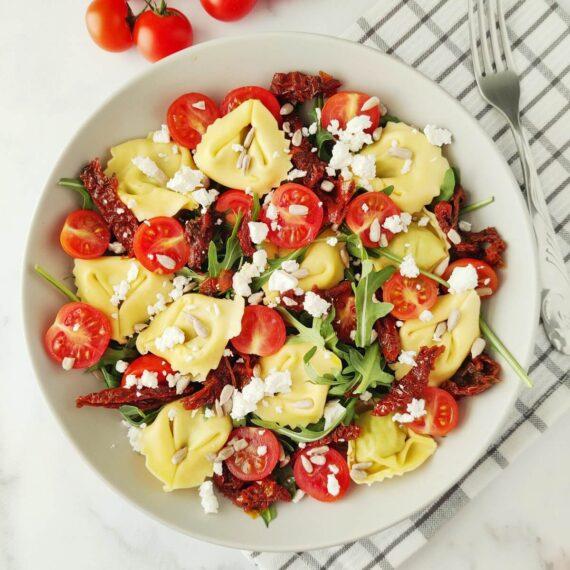dieta-ekspres-obiadowa-salatka-z-tortellini-i-pomidorami